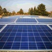 Man sieht auf einem Kundendach 12 installierte Photovoltaikmodule