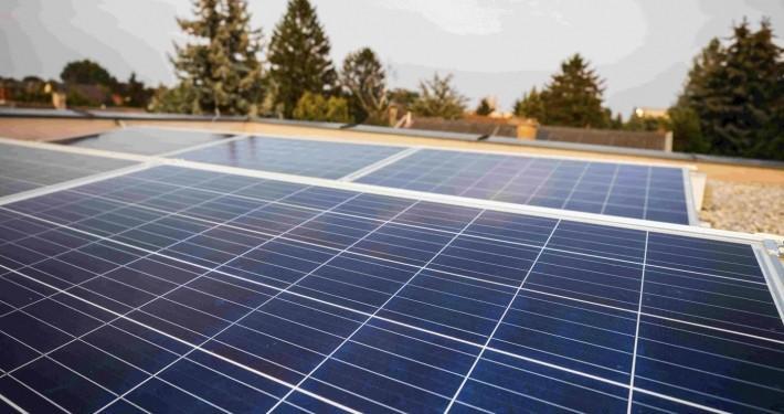 Auf dem Bild sieht man eine polykristalline Photovoltaikanlage auf einem Gewerbedach