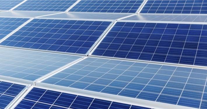 Dies ist ein Bild auf dem man eine Photovoltaikanlage auf einem Gewerbedach sieht
