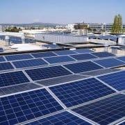 Man erkennt die verschiedenen Neigungswinkel der Photovoltaikanlagen, um eine optimale Stromausbeute zu erzielen