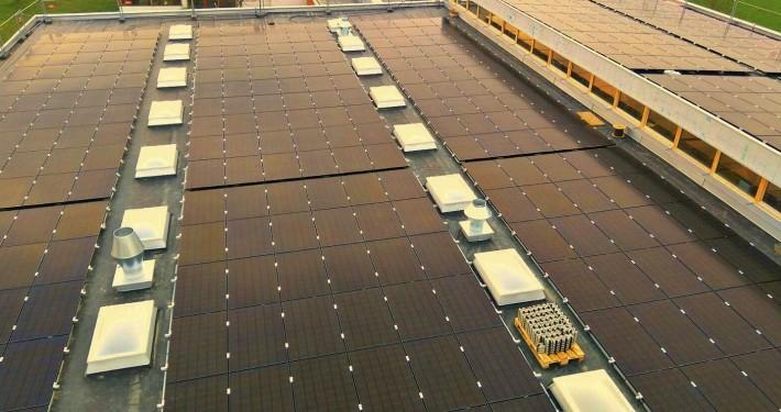 Auf dem Bild ist eine monokristalline Photovoltaikanlage auf dem Dach eines Kunden zu sehen