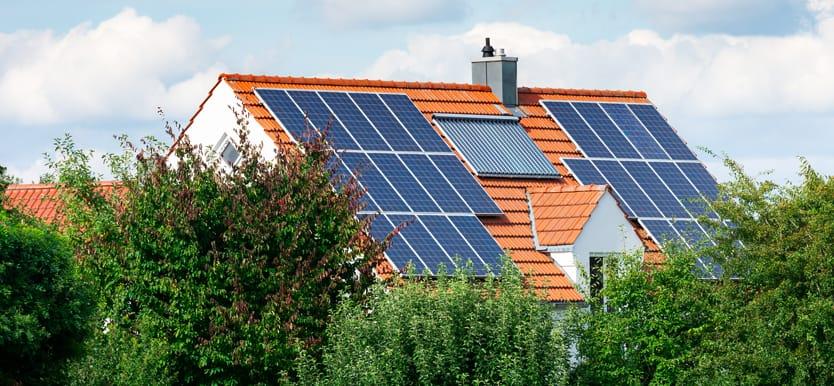 Auf dem Dach befinden sich außen Photovoltaikmodule und innen ein Solarthermie Vakuumröhrenkollektor