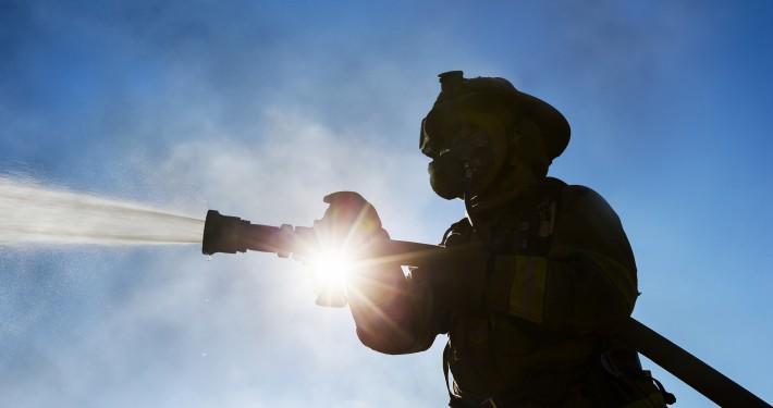 Feuerwehrleute bei Brand von Photovoltaikanlage